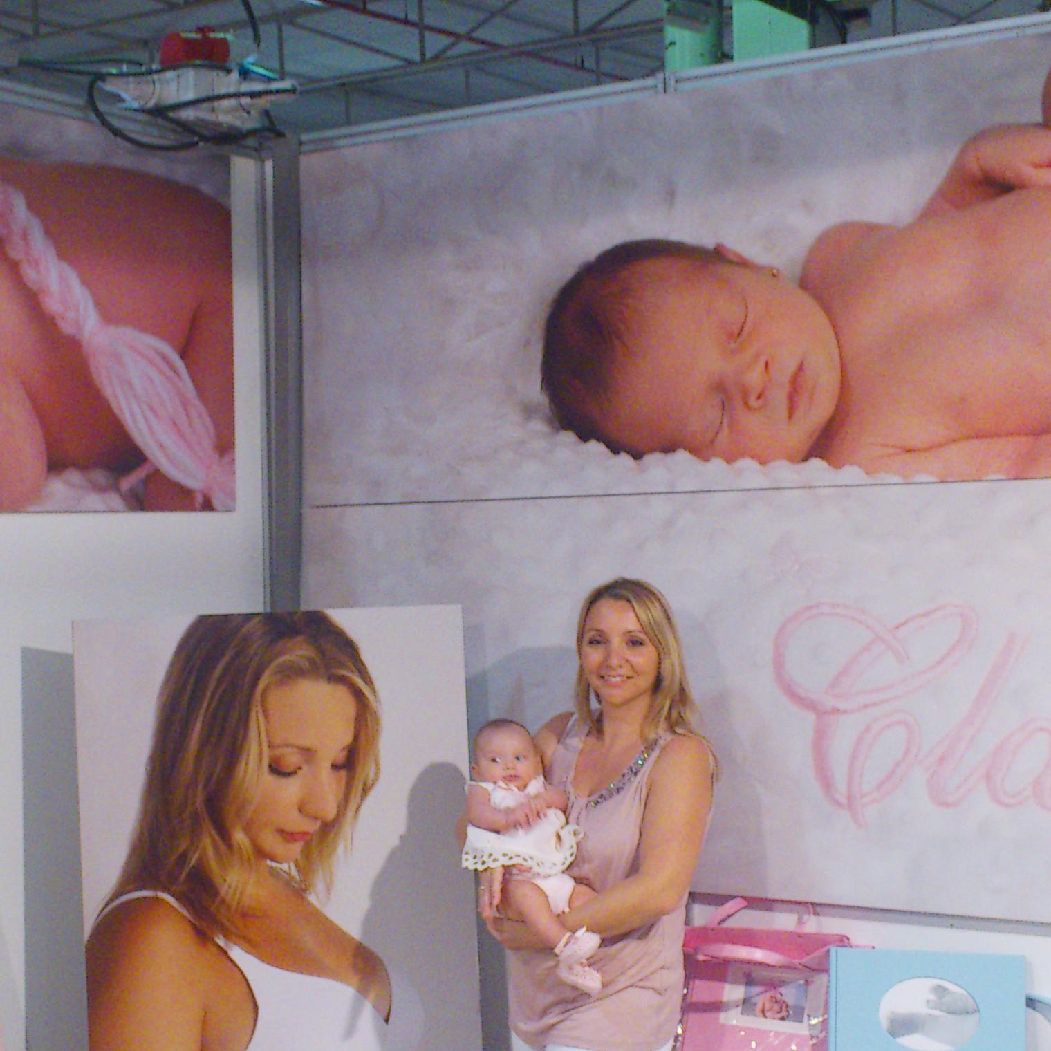 Verónica junto a su hija Claudia posando en el stand de IFA de Belén Ricnón Fotografia. Octubre de 2013