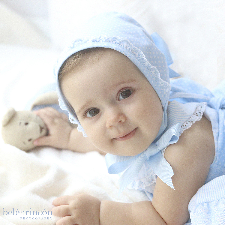 Primer plano de María con su conjunto azul. Uno de los momentos más relajantes de nuestras sesiones de bebés.