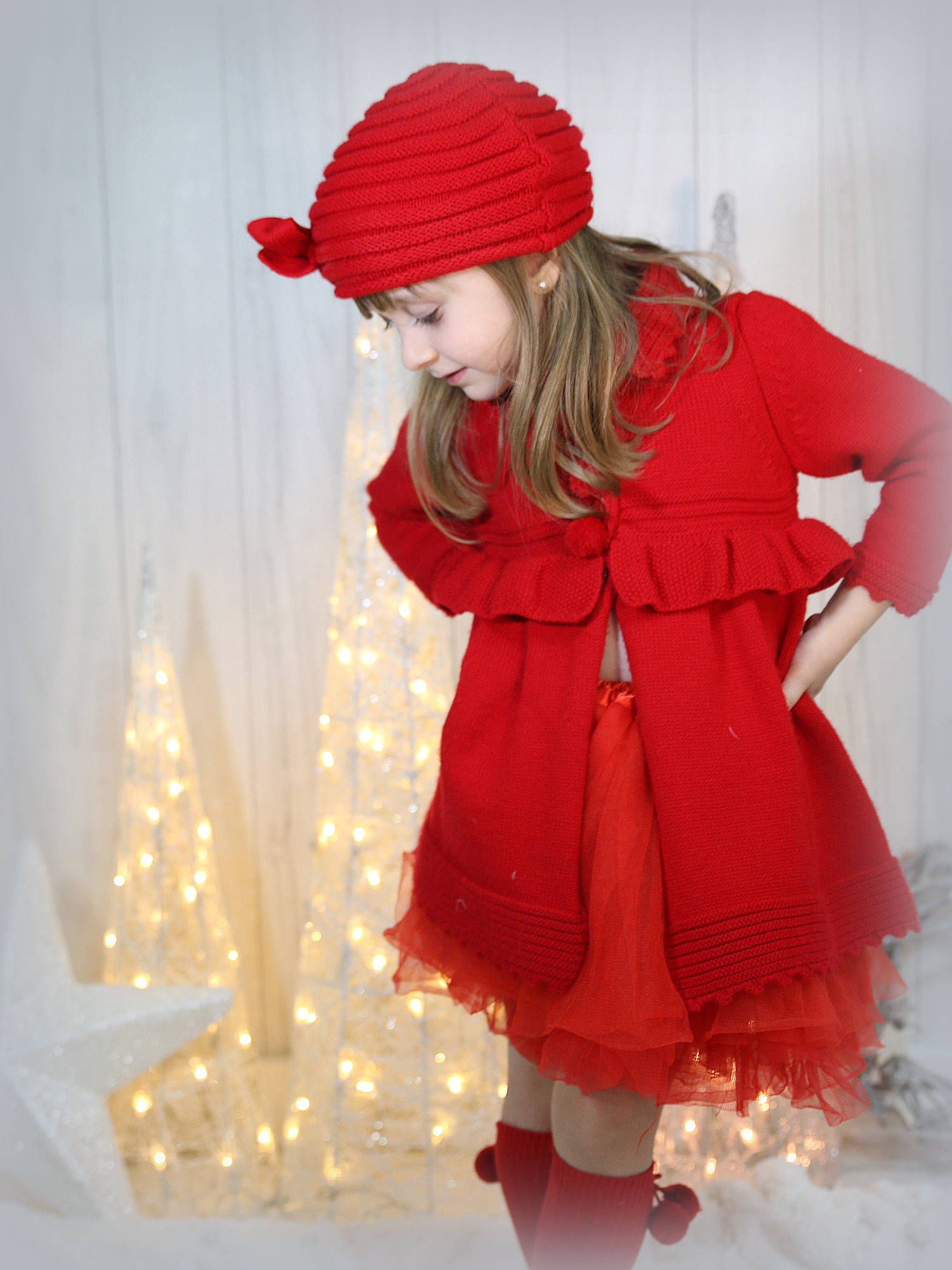 Decoración navideña que se mimetiza con el fondo dando protagonismo a la niña