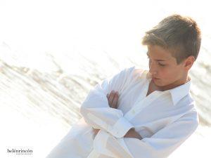 Niño comunión en playa